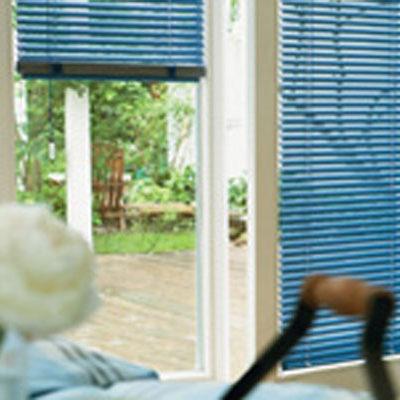 Blaue Jalousien an einem Fenster