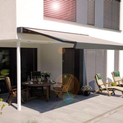 Terrasse mit einer Kassettenmarkise