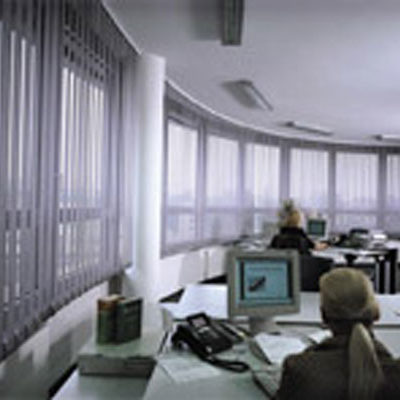 Vertikaljalousien in einem Büro