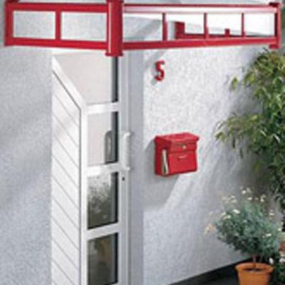 rotes Vordach an einer Haustür